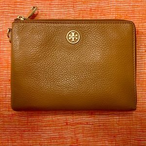 Tory Burch Robinson Large Wristlet in Camel